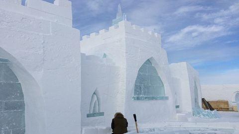 Jégből és hóból építenek mesebeli kastélyt a befagyott tó partján – elképesztő fotók