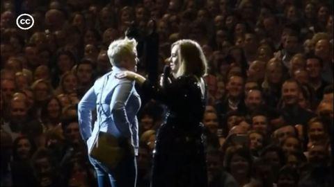 Adele segített egy rajongónak megkérni a barátja kezét – videó