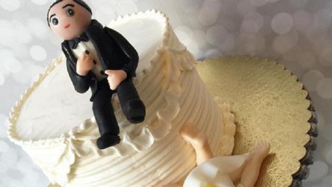 Tortával ünneplik a válásukat az exférjek - képek