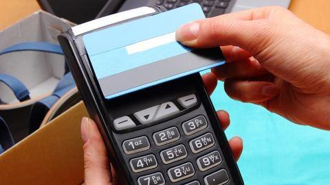 A hazai bankkártyák fele már érintős