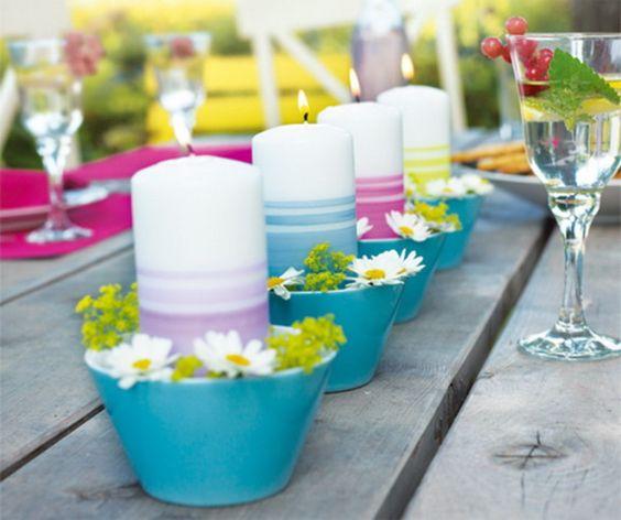 Színes gyertyák, egy kis tavaszi dekorral. Egyszerű, könnyen kivitelezhető, filléres megoldás.