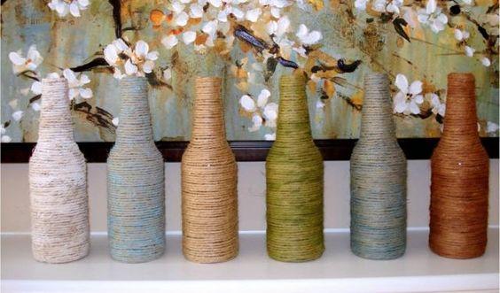 Abszolút nem nehéz, még azok is eltudják ezt a dekort készíteni, akiknek nincs túl nagy kézügyessége. Ha elkészültél vele, egy-egy tavaszi virágot tegyél az üvegekbe és kész is a dekorációd.