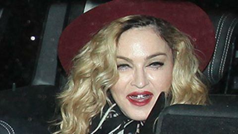 Madonna idióta bohóccipőbe bújik és háromkerekűzik