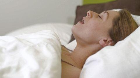 Így befolyásolja a nyelved mérete az alvásodat