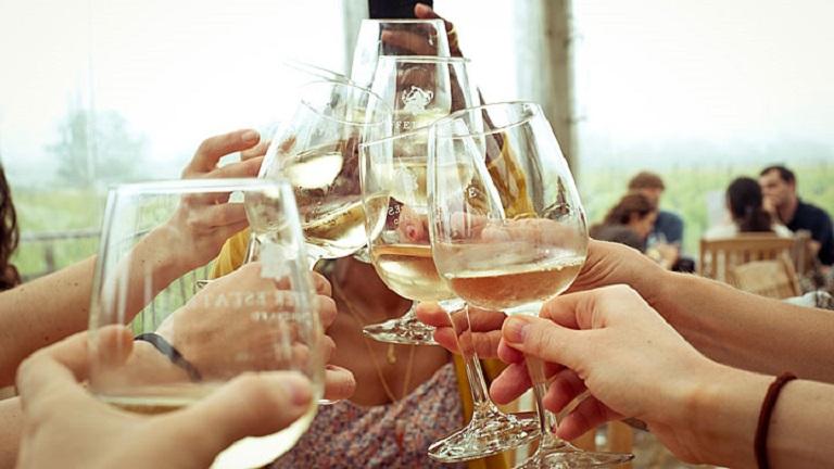 Rossz hír: a fehér bor is elszínezi a fogakat