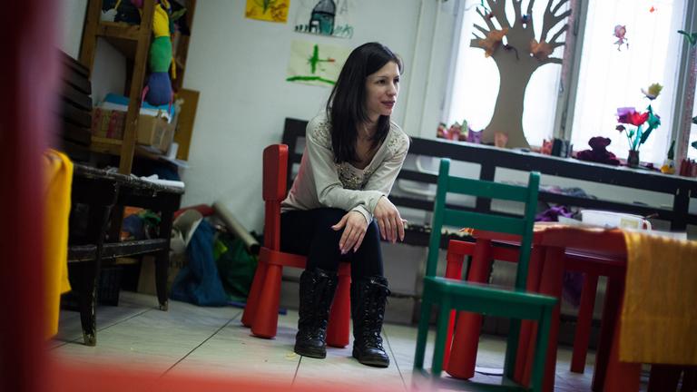 Dóri figyeli lányát a Józan babák klubja játszószobájában (Fotó: Magócsi Márton)