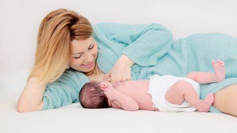 Ezért jobb, ha sokáig szoptatsz: 3 nyomós érv az anyatej mellett