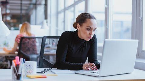 3 munkavégzési szokás, ami kitol az alvásoddal