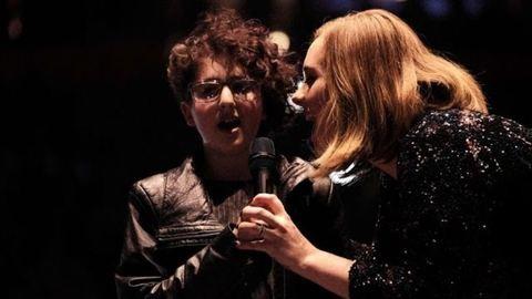 12 éves autista rajongójával énekelt a színpadon Adele