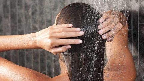 3 dolog, amit soha ne csinálj zuhanyzáskor