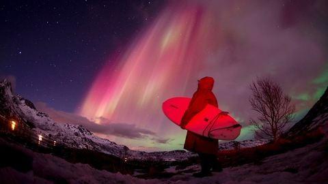 A sarki fények alatt szörföztek – lenyűgöző fotók