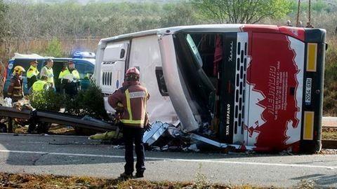 Spanyolországi buszbaleset: elaludhatott a sofőr