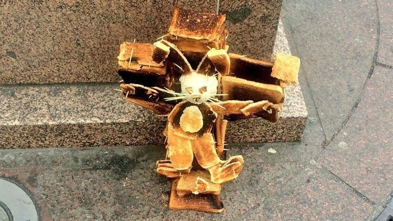 Pirítós kenyérből készült keresztrefeszített nyuszi-szobor sokkolta a londoniakat