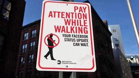 Ahol már börtönnel büntetik a séta közbeni mobilozást