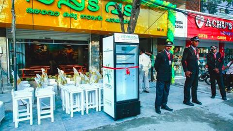 Utcai hűtőszekrénnyel segít a rászorulókon egy indiai étterem