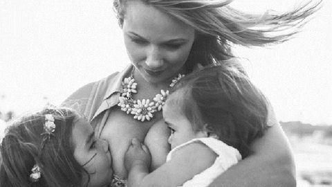 Csodálatos fotók örökítik meg az anyukát, amint egyszerre szoptatja két kislányát