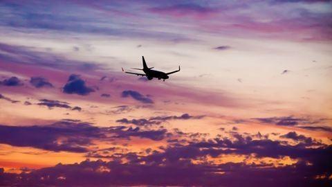 Sírva lázadoznak a stewardessek a fejkendő ellen – frissítve