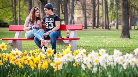Végre lehet csókolózni a napsütésben – tavaszi fotók