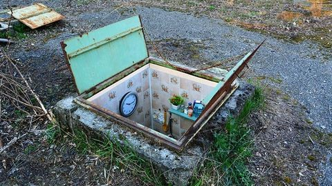 Miniatűr, földbe vájt szobákat csinál a milánói művész