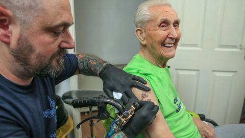 104. születésnapjára csináltatott tetoválást
