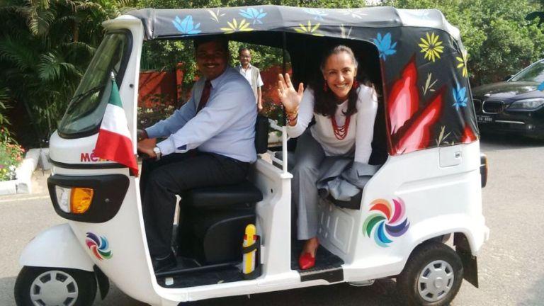 A nagykövet asszony elégedett a hivatali járművével