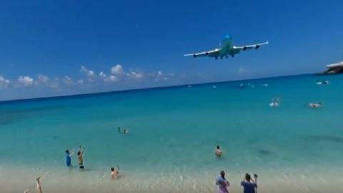 360 fokban nézheted meg, hogyan landol egy repülő a csodás karibi tengerparton – videó
