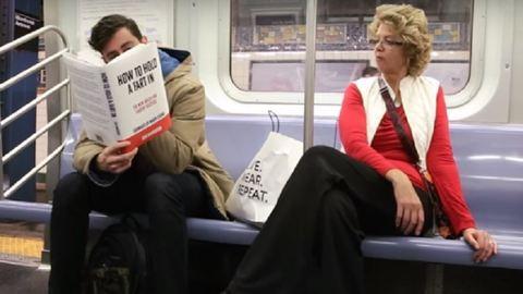Vicces című kamukönyvekkel sokkol a metrón a humorista – videó