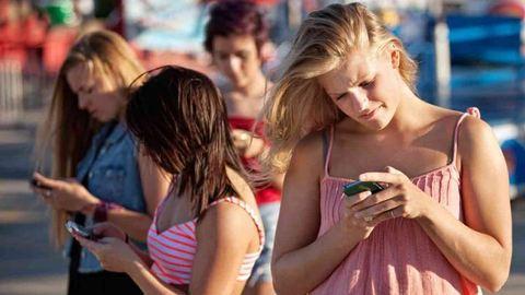 A bizonytalan fiatalok jobban kötődnek a mobiljukhoz
