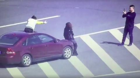 Menő fotóért állt meg az országút közepén a kínai család – videó