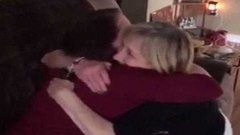Így reagált az anyuka, amikor megtudta, hogy nagymama lesz – megható videó