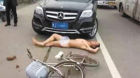 Meztelenül feküdt az autó elé, hogy kártérítést követeljen – képek