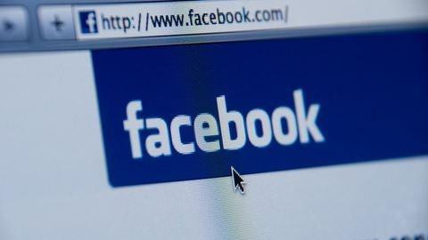18+: Háborog az internet, amiért a Facebook letiltotta ezt a gyerekszülős fotót