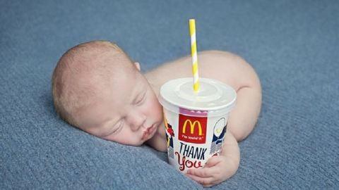 A McDonald's parkolójában született a kisbaba – mekis pohárral a kezében fotózták le