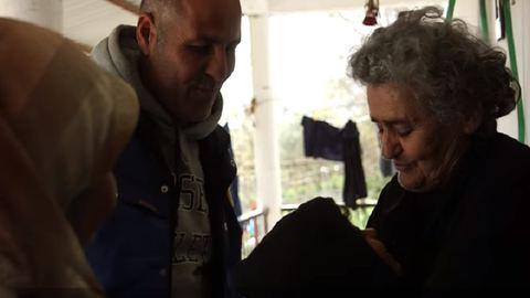 Egy egész menekült családot fogadott otthonába a 82 éves néni – videó
