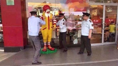 Letartóztatták a mekis bohócot – fotók