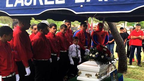 Megható: pókembernek öltözött a rendőr a kisfiú temetésén