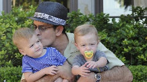 Charlie Sheen ikerfiai súlyos betegek