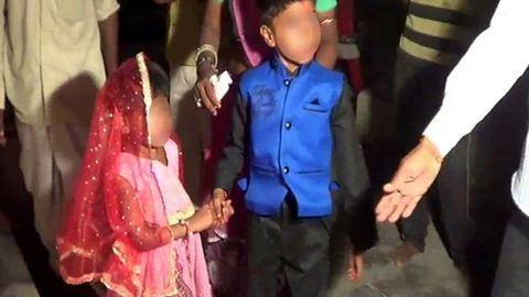 Szívszaggató videó: sírnak a férjhez kényszerített indiai kislányok