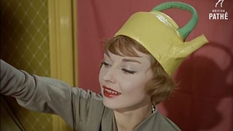 Retró: amikor a nők teáskannákat raktak a fejükre – videó
