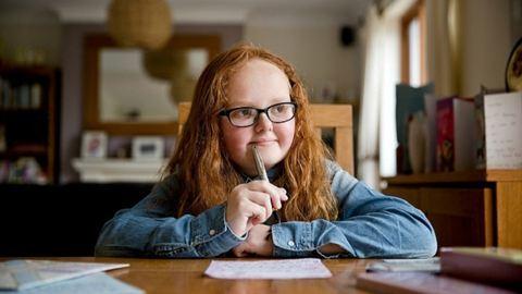 Szívmelengető leveleket küld a beteg gyerekeknek a kislány, aki kétszer legyőzte a rákot