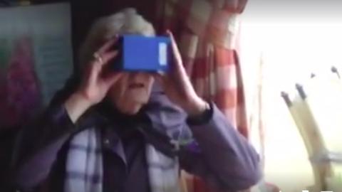 Virtuális valóságban hullámvasutazik a nagyi – vicces videó
