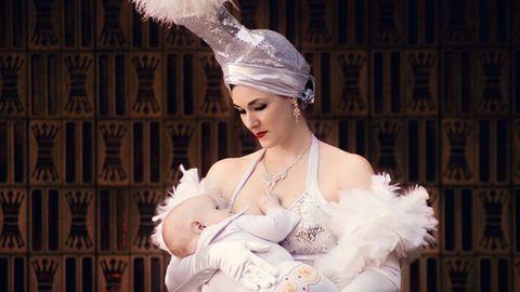 Dolgozó anyukák szoptatnak az egyenruhájukban – gyönyörű fotók