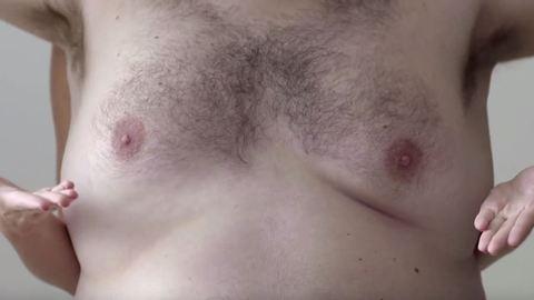Szőrös férfimellen mutatják be a női mell önvizsgálatát – videó