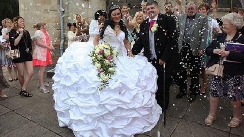 63 kilós ruhacsodát tervezett magának a menyasszony – képek