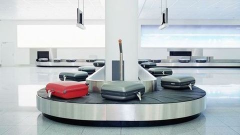 Arannyal teli táskát adott vissza a világ legbecsületesebb reptéri dolgozója