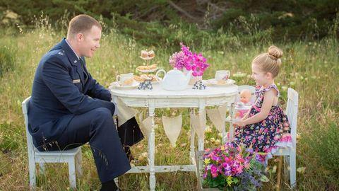 Így teáznak a katona apukák a kislányaikkal – megható fotók