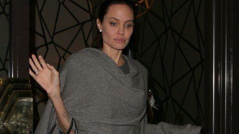 A 45 kilós Angelina Jolie ezzel takargatja magát