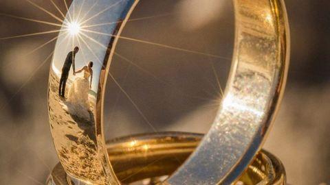 Jegygyűrűkben csillanak meg a szerelmesek – szuperegyedi esküvői fotók