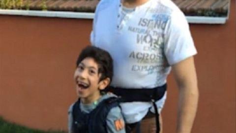 Elolvadsz az apukától, aki testére erősítette járásképtelen fiát, hogy focizhasson – videó