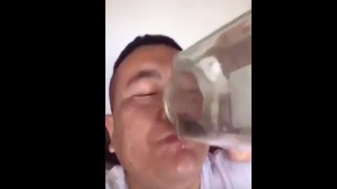 Undorító mutatvány: élő békákat iszik a kínai férfi